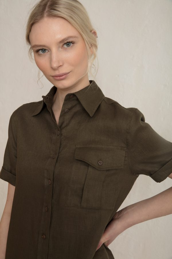 Pine linen shirt in color ink green close up