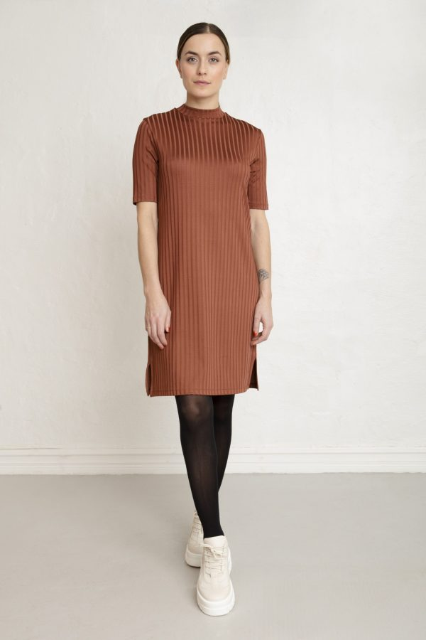 Woman in brown cinnamon rib dress and sneakers