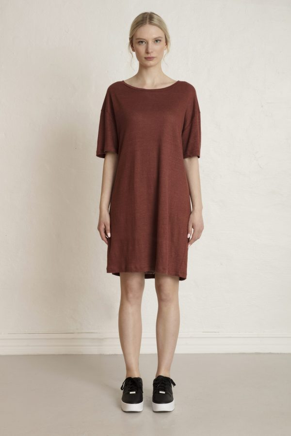 Woman in brown linen tee dress and sneakers