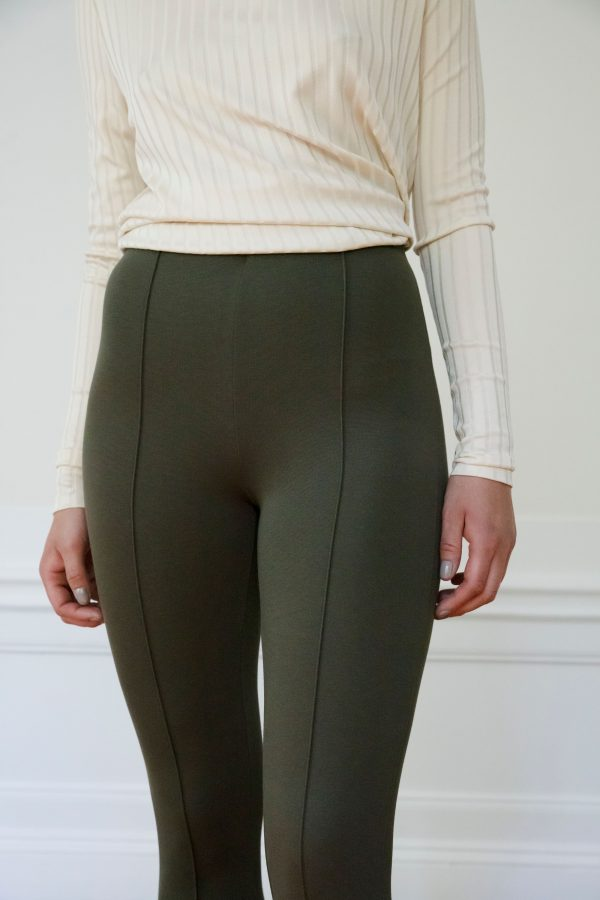 Residus pant Lou Ecovero in Ink green detail