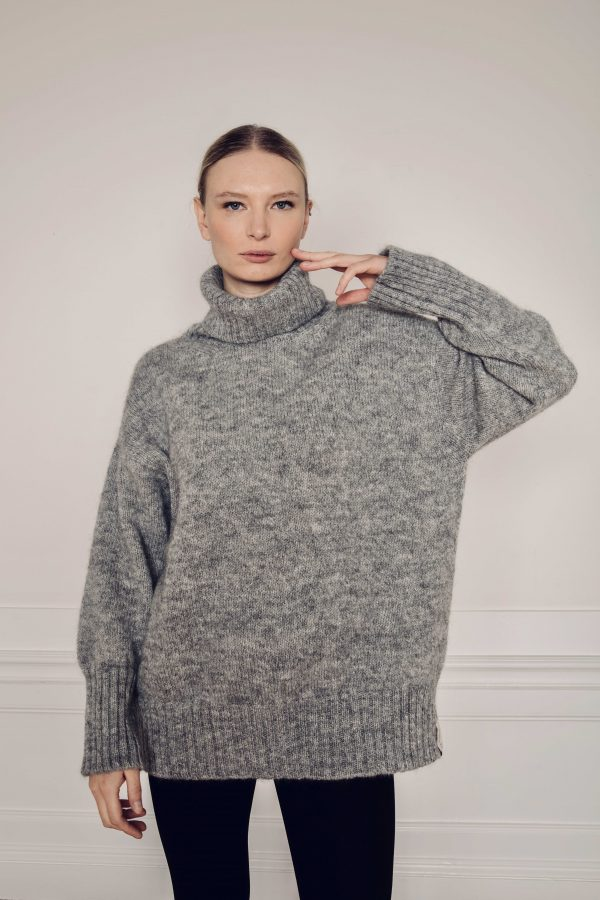 Girl wearing Ar knitted turtleneck Sweater made with Swedish Wool
