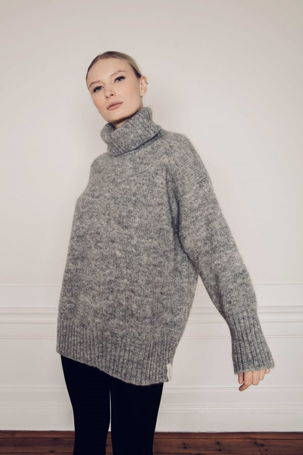 Girl wearing Ar knitted turtleneck Sweater in grey made with Swedish Wool