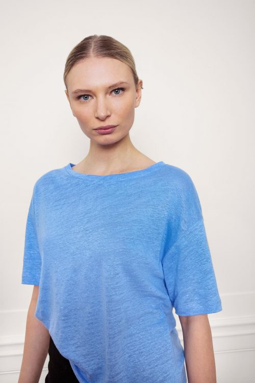Girl wearing Raya Linen Tee Corn Blue Close Up