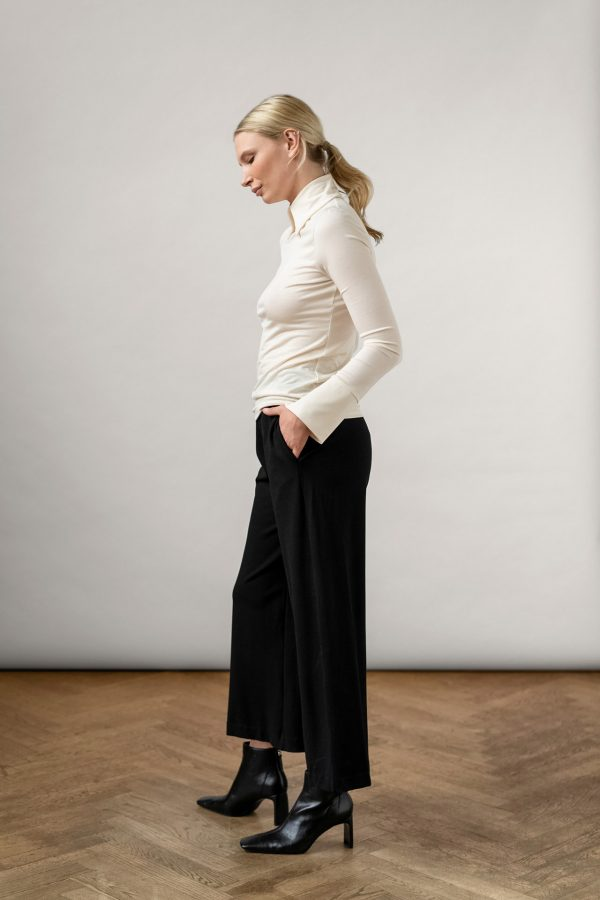 toon tencel collar top shell and Lottie Ecovero Pants Black from the side